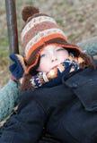 junger Junge, der am Park an einem kalten Tag spielt lizenzfreies stockfoto