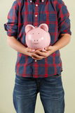 Junger Junge, der rosafarbene Piggy Querneigung anhält Lizenzfreies Stockfoto
