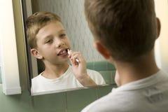 Junger Junge, der seine Zähne putzt Lizenzfreie Stockfotos