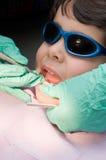 Junger Junge, der seine Zähne am Zahnarzt säubern lässt Lizenzfreie Stockfotos
