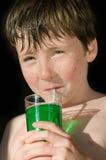Junger Junge, der tadelloses Wasser trinkt Stockfotos
