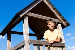 Junger Junge in einem hohen Sitz Stockbilder