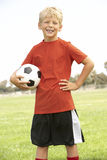 Junger Junge im Fußball-Team Lizenzfreies Stockbild