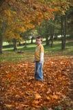 Junger Junge im Herbst Lizenzfreies Stockfoto