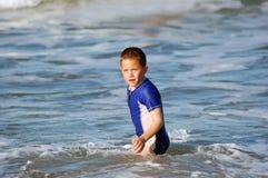 Junger Junge im Meer auf Ferien Stockfotos