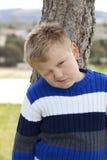 Junger Junge im Park Stockbilder