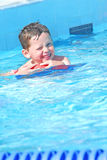 Junger Junge im Swimmingpool Stockfotos
