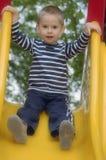 Junger Junge ist das Spielen im Freien Stockfoto