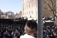 Junger Junge am jüdischen Begräbnis Lizenzfreie Stockfotografie