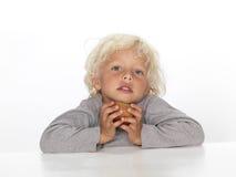 Junger Junge mit Apfel Stockbild