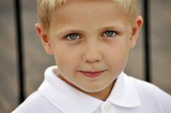 Junger Junge mit blauen Augen draußen Stockfotos
