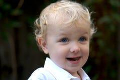 Junger Junge mit dem blonden Haar Stockfotos
