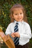 Junger Junge mit dem langen Haar im weißen Hemd und in der Gleichheit stockbilder