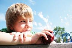 Junger Junge mit einem Apfel lizenzfreies stockbild