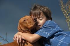 Junger Junge mit einem Hund Stockfotografie