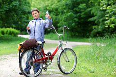 Junger Junge mit Fahrrad Lizenzfreies Stockbild