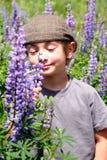 Junger Junge mit flacher Schutzkappe stockfotografie