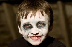 Junger Junge mit Halloween-Verfassung Stockbilder