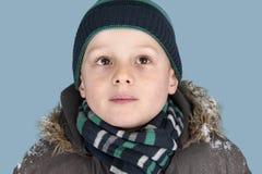 Junger Junge mit kniited Jat und Schal stockfoto