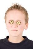 Junger Junge mit Puzzlespielen in den Augen Stockbild