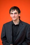Junger Junge mit schwarzem Hemd Lizenzfreie Stockfotografie