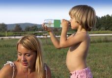 Junger Junge mit seiner Mutter draußen Lizenzfreies Stockfoto