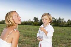 Junger Junge mit seiner Mutter draußen Stockbilder