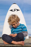 Junger Junge mit Surfbrett Lizenzfreies Stockbild