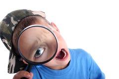 Junger Junge mit Vergrößerungsglas stockbilder