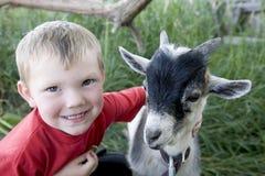 Junger Junge mit Ziege Stockfotografie