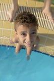 junger Junge am Swimmingpool Lizenzfreie Stockfotografie