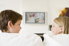 Junger Junge und junges Mädchen im Wohnzimmer Stockbild