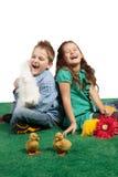 Junger Junge und Mädchen, die zusammen lacht Stockfoto