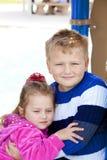 Junger Junge und Mädchen im Park Lizenzfreie Stockfotografie