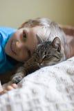 Junger Junge und seine Katze Stockfoto