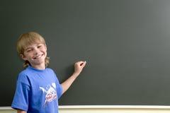 Junger Junge und Tafel Lizenzfreie Stockbilder