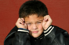 Junger Junge verwirrt stockfotografie
