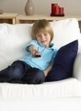 Junger Jungen-überwachendes Fernsehen zu Hause Lizenzfreies Stockbild