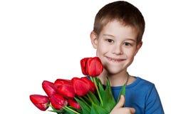 Junger Jungenholdingblumenstrauß der Tulpen stockfoto