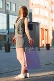 Junger Käufer auf der Stadtstraße. Stockbild
