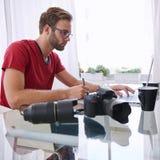 Junger kaukasischer Bildenthusiast stark bei der Arbeit Stockfotos