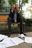 Junger kaukasischer deprimierter Geschäftsmann im Park Stockbilder