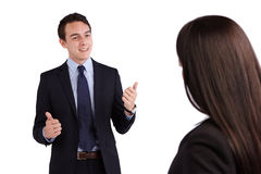 Junger kaukasischer Geschäftsmann lächelt anerkennend zu einem Geschäft Stockbilder