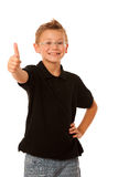 Junger kaukasischer Junge, der das okayzeichen lokalisiert über weißem backg gestikuliert Lizenzfreie Stockfotos