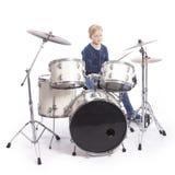 Junger kaukasischer Junge an der Trommelausrüstung im Studio spielt Musik Stockfotos