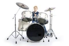 Junger kaukasischer Junge an der Trommelausrüstung im Studio spielt Musik Lizenzfreie Stockbilder
