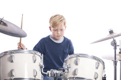 Junger kaukasischer Junge an der Trommelausrüstung im Studio spielt Musik Lizenzfreie Stockfotos