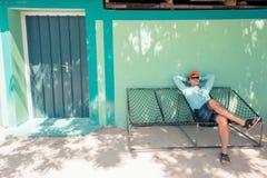 Junger kaukasischer Mann, der in einer angenehmen Trägheit der Hängematte des Wochenendenmorgens schwingt Lizenzfreie Stockbilder