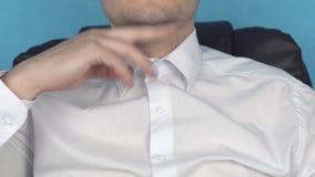 Junger kaukasischer Mann, der Gymnastik im Büro gegen Doppelkinn, Problem, Übergewicht tut stock video footage