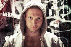 Junger kaukasischer Mann in der Haube, Straßenkünstlerporträt Lizenzfreies Stockfoto